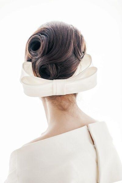 まとめた夜会巻きへトップのヘアを、毛流れを美しく出しながらまとめて。  ■お問い合わせ先 エリ松居ウエディングドレスサロン tel.03-6804-...