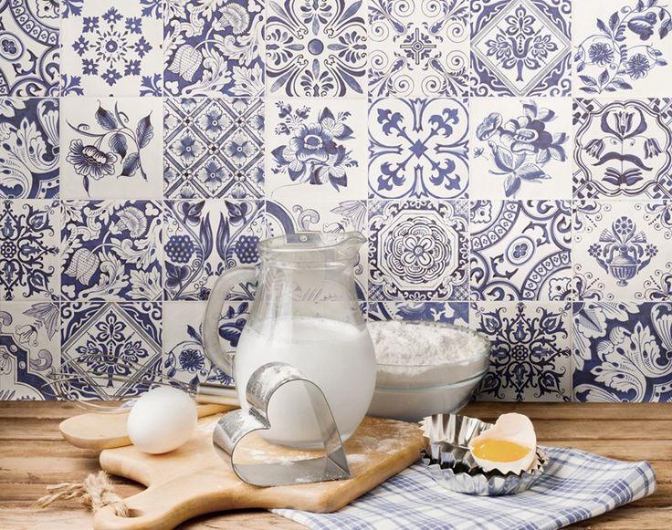 Vackert blå/vitt med kakelserien Oporto som stänkskydd i köket.