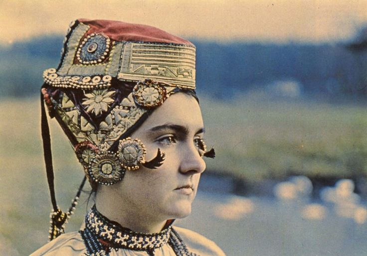 "Festive headdress bride (moloduhi) from the village of Russian Trostyanka Ostrogozh County Voronezh (over pozatylnika - embroidered with gold Kichko with red satin top, under the bandages, embroidered with gold and beads, Front released ""Selezneva curls"", sealed receptacles. Behind, beyond pozatylnika, lowered bubbly ""nizanki""). Beginning of the XX century. Voronezh Regional Museum."