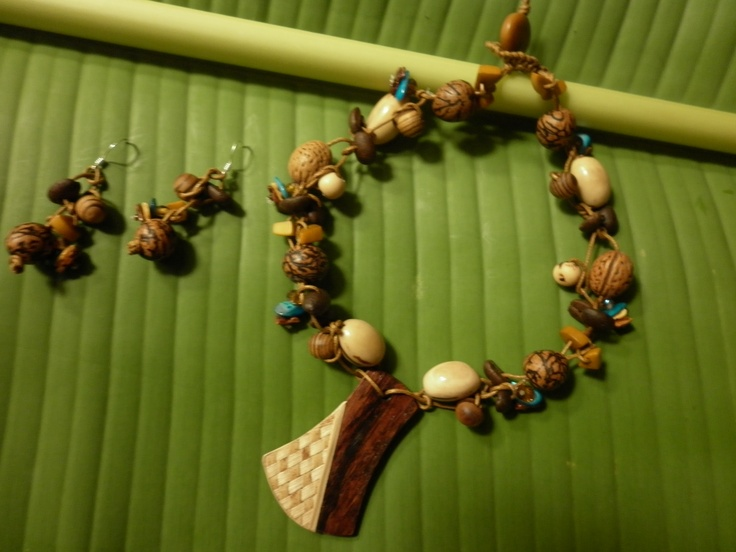 Gargantilla elaborada en cordon tejida con semillas de tagua (en diferentes variedades)bolas de madera,nacar,semillas de café,azayán,piedras semipreciosas,cristales de murano,con dije de madera de granadillo tejida en calceta de platano (fibra vejetal)