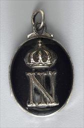 Parures et bijoux des musées nationaux de Malmaison et du palais de Compiègne, notice - Médaillon de deuil au chiffre de NapoléonIII