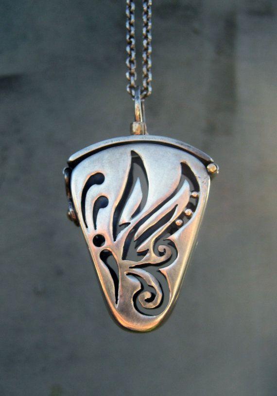 Medallón mariposa plata piedras de Chakra por SilviasCreations