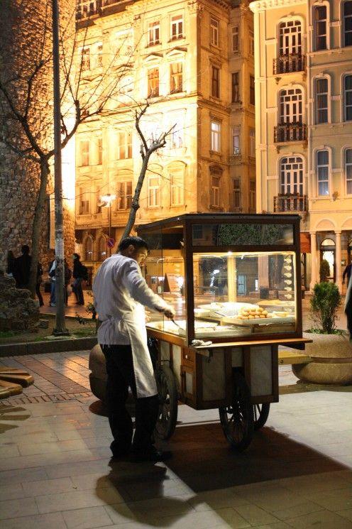 STREET VENDOR (Istanbul, Turkey)  Tu dois toujours remercier le vendeur quand il te rend la monnaie.