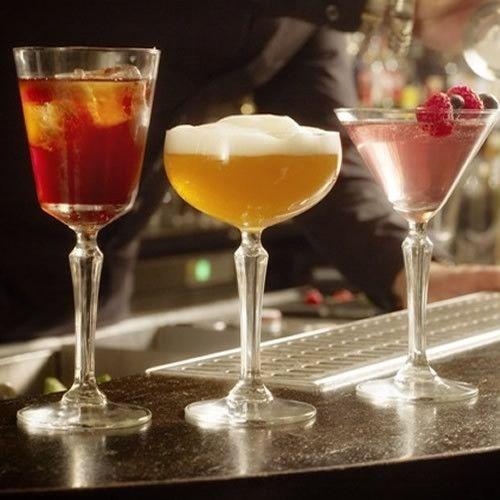 Ποτήρια για σαμπάνια, κοκτέιλ, κρασί, ποτό, όλα από την σειρά Speak Easy της Libbey. Το σετ περιμλαμβάνει 6 ποτήρια vintage για μαρτίνι, 6 ποτήρια κρασιού κολονάτα και 6 ποτήρια vintage σαμπάνιας. Όλα σε συσκευασία δώρου.