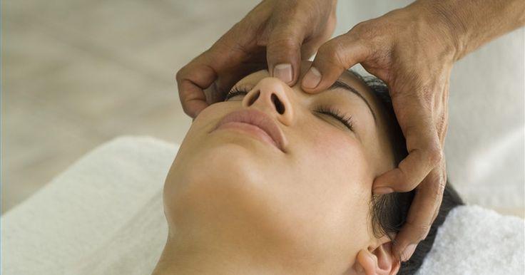 Como massagear as têmporas em uma massagem craniana. A massagem terapêutica craniana é uma terapia não-invasiva e suave que produz bons resultados para aliviar uma grande quantidade de sintomas e de dores. A massagem das têmporas, uma das técnicas usadas pelos massagistas, equilibra o ritmo da pulsação craniana agitando os fluidos bloqueados. Esse fluido craniano pulsa de 6 a 8 vezes por minuto. A ...