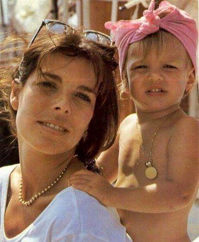 La Princesse Caroline avec Charlotte Casiraghi ( jeune)