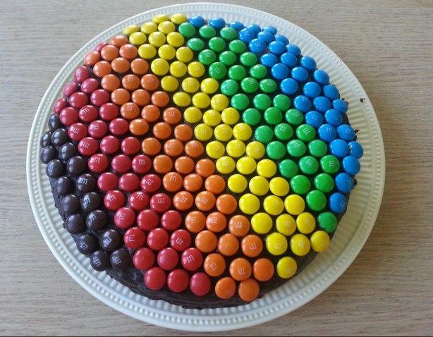 Chocoladetaart met een regenboog van m&m's