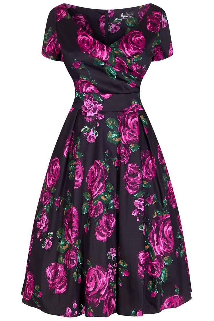 Černé šaty s růžemi Lady V London Ursula Elegantní kousek z londýnské módní dílny využijete na svatby, promoce, do divadla či večírek. Černý podklad s výrazným potiskem fuchsiových růží a perfektní střih to jsou hlavní trumfy těchto krásek. Příjemný lehce strečový materiál (97% bavlna, 3% elastan) zajistí, že se šaty budou skvěle nosit, krásně padnou a budete se v nich dobře cítit. Krátký rukáv, překřížený výstřih, v pase příjemně projmuté, sukně nabraná v pravidelných skladech, zapínání na…