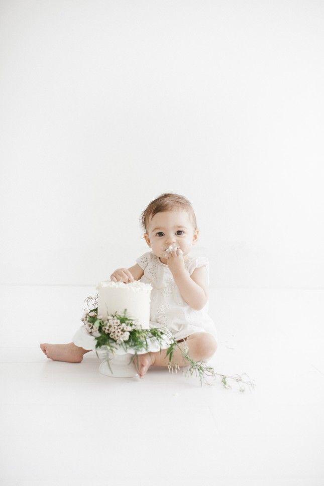 This minimalist baby cake smash photo is stunning.