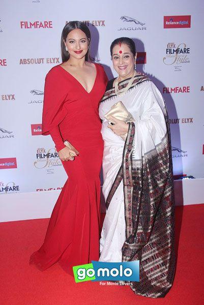 Sonakshi Sinha & her mother Poonam Sinha at Filmfare Glamour & Style Awards 2015 in Mumbai