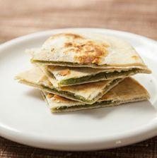 Μια από τις πιο σπάνιες επίπεδες πίτες με ελάχιστη γέμιση και επίσης λίγο ζυμάρι σε απόλυτη ισορροπία και τα δυο!