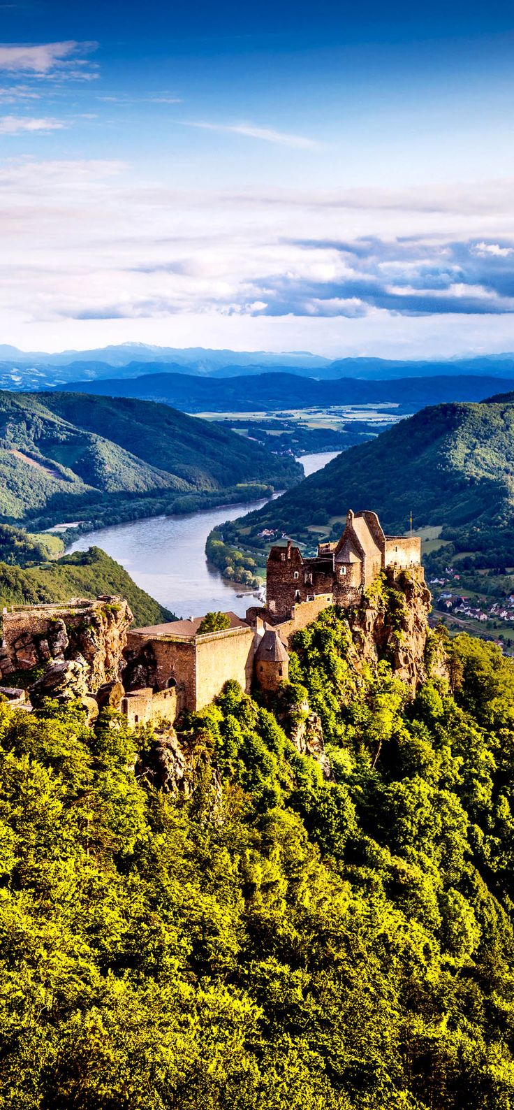Scenic landscape with Burgruine Aggstein and the Danube river at sunset in Wachau Valley near Vienna, in Aggstein, Lower Austria (Niederösterreich), Austria | 30+ Truly Charming Places To See in Austria | #BurgruineAggstein #castle #ruin #Danube #Wachua #loweraustria #Niederösterreich #Austria #Aggstein