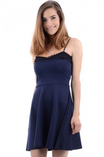 Skater kjole i marine blått og sort blonde pynt i kant øverst. Det er elastiske stropper over skuldrene og kjolen rekker til midt på lårene.