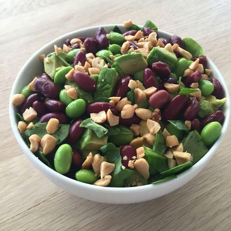 Bønnesalat med spinat, advocado og hakkede peanuts.