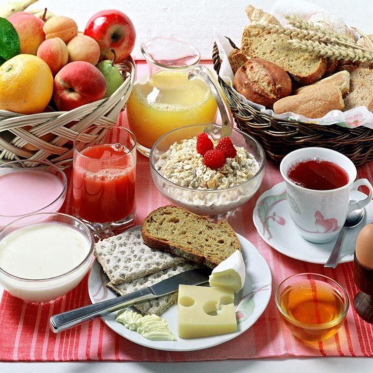 Eğer yılbaşı gecesi gereğinden fazla besin tükettiyseniz, bugün daha çok posa ve lif içeren sebze ve meyveleri tüketin ve bol su için. Yılbaşı gecesinde tükettiğiniz yağlı gıdaları, şekerli gıdaları, alkollü içecekleri ve kuru yemiş gibi besinleri devam eden günlerde tüketmemeye özen gösterin. Ayrıca dün aldığınız fazla enerjinin harcanması için fiziksel aktivitenizi arttırmaya dikkat edin.