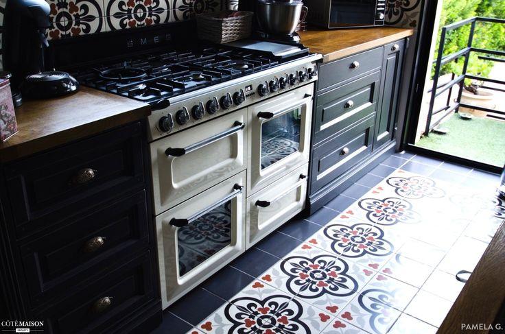 Mon plus grand souhait était de réaliser une cuisine en hauteur qui surplombe la salle à manger, mon choix c'est arrêté sur une cuisine style bistrot avec une crédence et le sol en carreaux. En ce qui concerne l'ameublement, j'ai craqué pour les meubles de métier, du bois massif, un plan de travail en chêne. Pour ce qui est de l'électroménager, j'ai opté pour la marque SMEG.