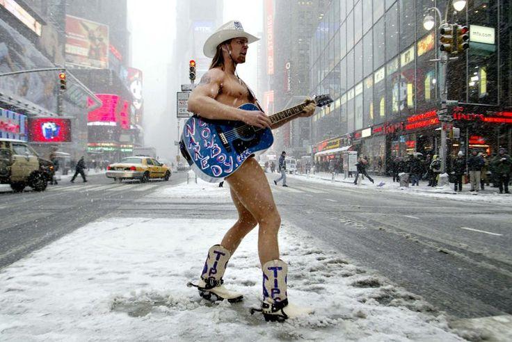 É muito raro uma pessoa tornar-se num dos principais pontos de referência de Nova York, mas o Naked Cowboy ganhou o seu lugar no itinerário dos turistas de Nova York com a sua implacável devoção à auto promoção. Apesar de ter começado a sua rotina em Venice Beach, Califo
