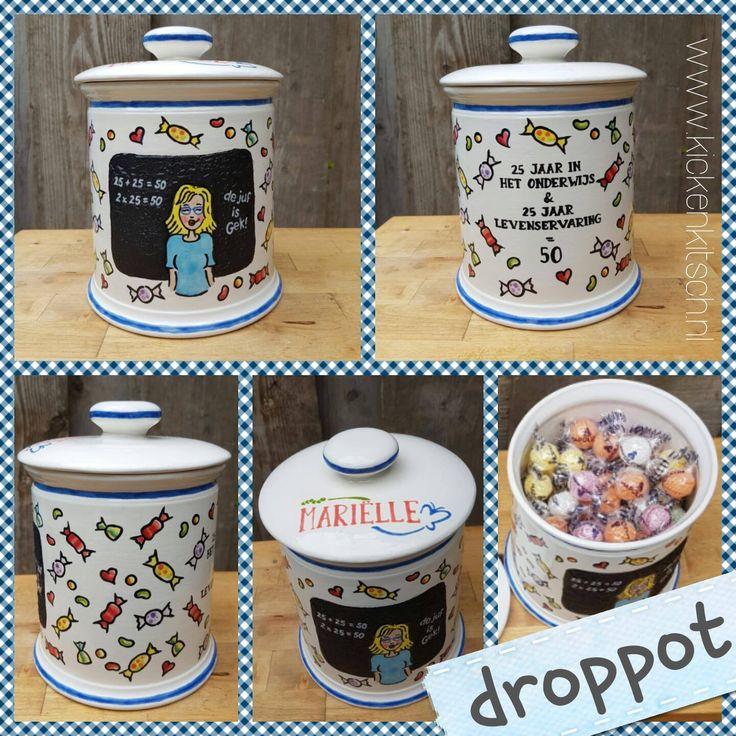 Droppot geglazuurd als cadeau voor het jubileum van een Juf. Met illustratie van de Juf en leuke tekst. Made by Kicken Kitsch.