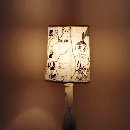 A new lamp shade made from the base of a thrifted one, some upcycled fabric, a permanent marker and inspiration from Tove Jansson. (Swedish)