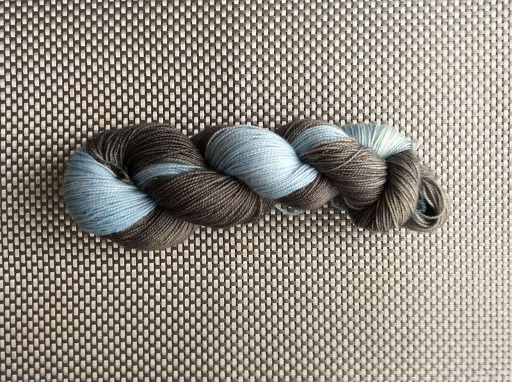 Icare, laine à bas teinte à la main, bleu pâle et gris charcoal, grosseur fingering, mérinos cachemire et nylon, 115g / 345m de la boutique EmmaHDesign sur Etsy