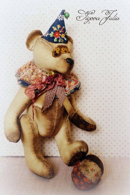 Купить или заказать Цирковой состаренный мишка Бинго в интернет-магазине на Ярмарке Мастеров. Когда-то давно он был цирковым артистом, выступал на арене и дарил радость, смех и улыбки. ..Сейчас Бинго сидит на полке, вспоминая те далёкие времена и бережно хранит память о них. Винтажный и ароматный, он как-будто только что вышел из за кулис маленького импровизированного театра. Мишка сшит из бязи, тонированной кофе и ванилью. Колпак, мячик и воротничок выполнены из американского хл…