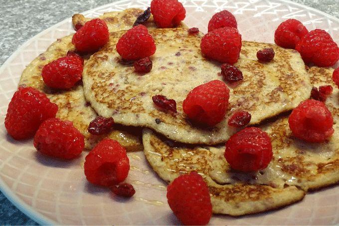 Gezonde pannenkoeken met havermout, yoghurt en rood fruit