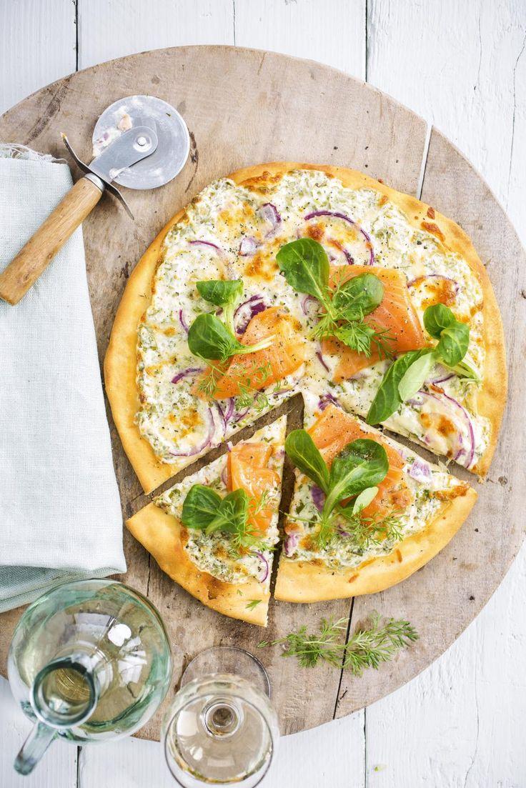 Pizza met zure room, rode ui, zalm en kruiden - Libelle Lekker !