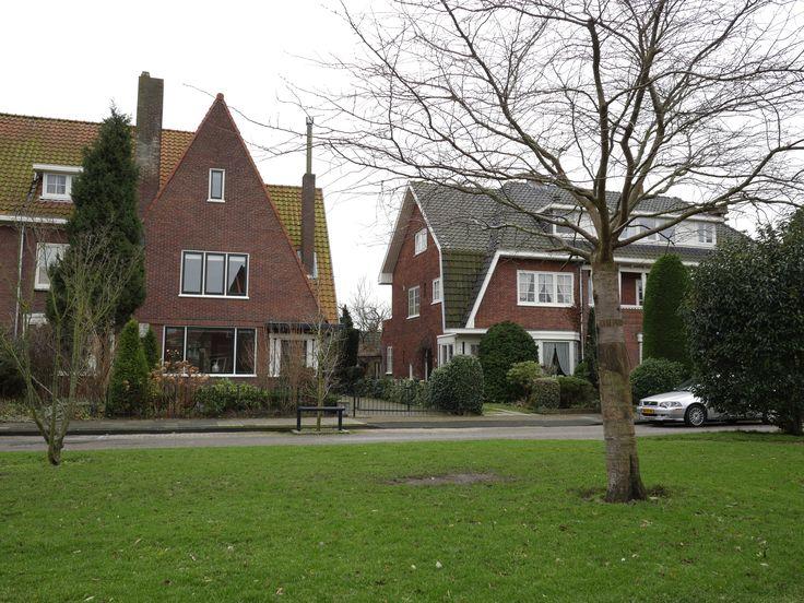 Plantsoenlaan 17, Bloemendaal. De woning is gelegen in een kindvriendelijke straat met diverse speelmogelijkheden. Er is voldoende parkeergelegenheid. Op loopafstand bevindt zich de pittoreske dorpskern. Diverse basisscholen en sportfaciliteiten zijn tevens in de directe nabijheid, het strand en de duinen bevinden zich op fietsafstand. De bereikbaarheid ten opzichte van het openbaar vervoer en de diverse uitvalswegen naar Amsterdam, Schiphol en Haarlem is uitstekend.