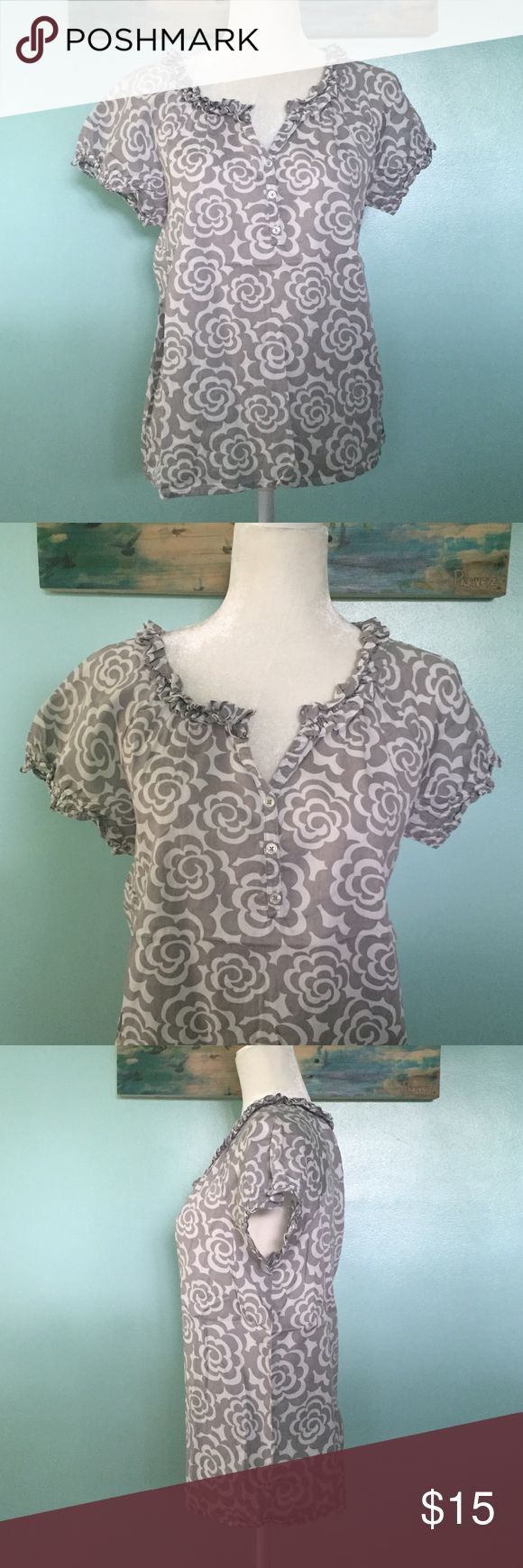 """Old Navy V-neck Short Sleeve Top - M Old Navy v-neck short sleeve too with small ruffling detail.  It was only worn once.  It can be paired with jeans or shorts.  Very comfortable to wear.  No stains, tears or snags. Posted 6/19/17.  Approximate measurements laying flat: sleeve length 9"""", armpit to armpit 20 1/2"""", length from shoulder to seam 25"""", and elastic seam width 20 1/2"""".  ✅Reasonable offers accepted ✅Bundle for discount 🚫No low-ball offers 🚫No trades Old Navy Tops"""