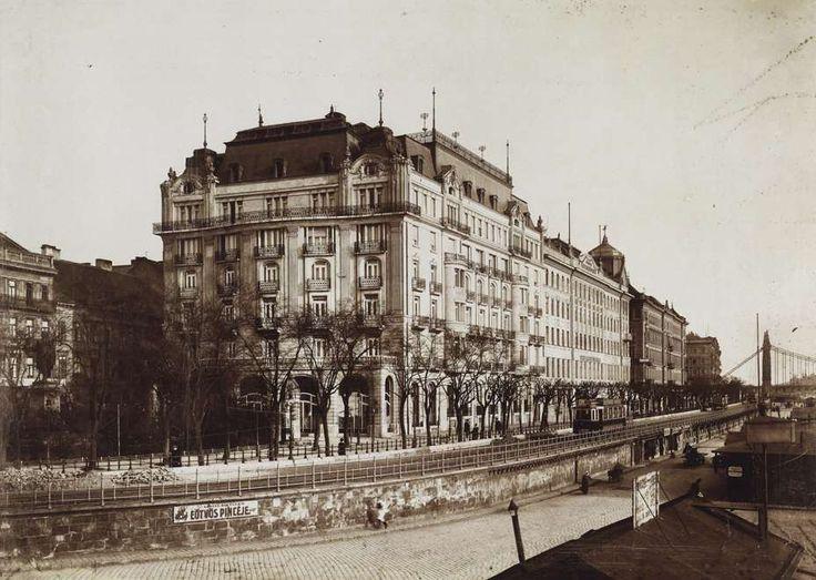 A bezárt Grand Hotel Ritz, a későbbi Dunapalota és a pesti rakpart a Lánchíd felől nézve. Balra Eötvös József szobra, a távolban jobbra az Erzsébet híd látható.A felvétel 1916-ban készült. A kép forrását kérjük így adja meg: Fortepan / Budapest Főváros Levéltára. Levéltári jelzet: HU.BFL.XV.19.d.1.08.083