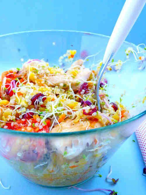 Salade de quinoa, blancs de poulet grillé, graines germées et cranberries