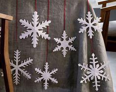 Große Eiskristalle aus Papier verwandeln den Tisch in eine Winterlandschaft. Bei ZUHAUSE WOHNEN finden Sie die Bastelanleitung.