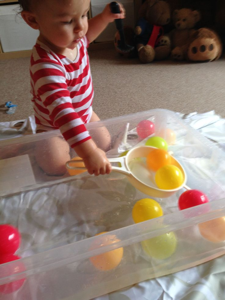 (1-2yrs 11months) Water games like this scoop the ball game will make toddlers happy. You'll need a water tray, colored balls, a sieve and water. (Mai)