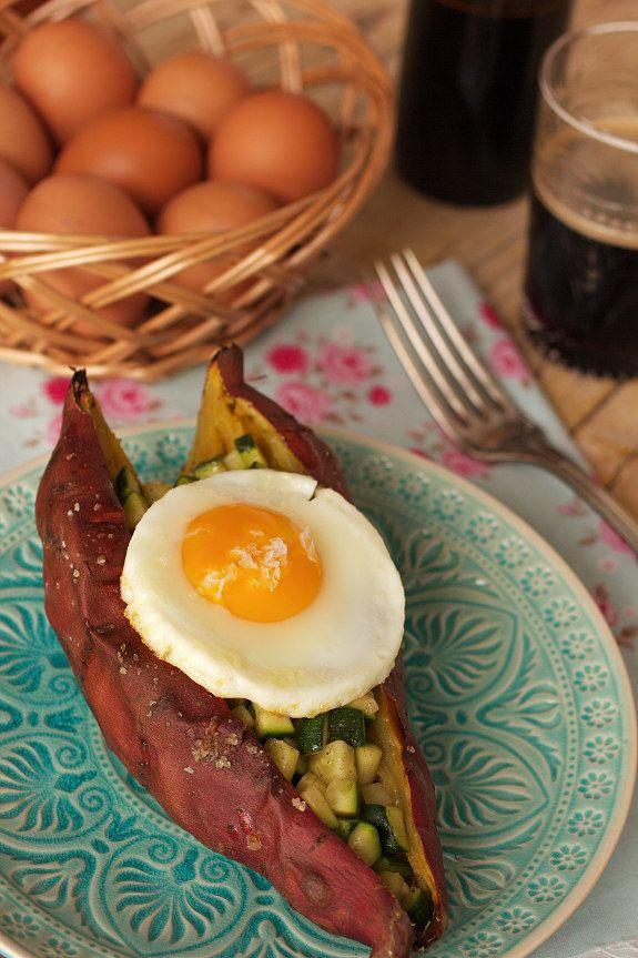 Cinco Quartos de Laranja: Batata-doce assada com curgete e ovo estrelado