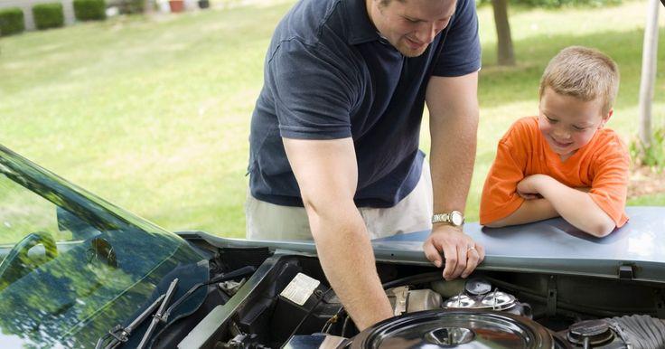 """Cómo instalar un motor de arranque Chevrolet. El motor de arranque de un vehículo Chevrolet es un pequeño motor eléctrico que está sujeto al bloque del motor cerca del lugar donde este se encuentra con la transmisión. Cuando giras el interruptor de encendido hasta la posición de """"partida"""", el motor de arranque hace girar el volante (en transmisiones manuales) o la placa flexible (en ..."""