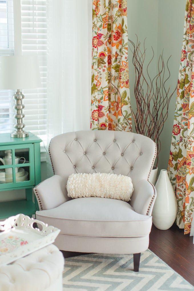 Silloncito entre dos ventanas, cortinas ventanales, jarrónes y ramitas largas, colores, claridad