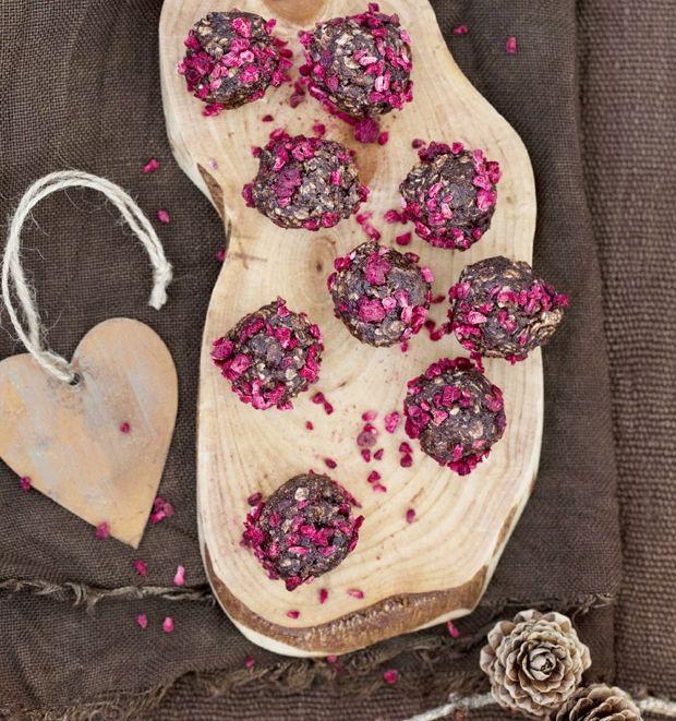 Havregrynskugler med marcipan og hindbær | Mad & Bolig