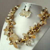 Sensitive - Set bijuterii handmade: colier statement și cercei realizat din citrin, perle de sticlă asortate, elemente aurii și auriu antic. Comenzi pe www.boemo.ro