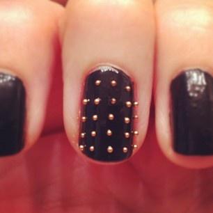 cute little gold studs.: Polka Dots, Nails Art, Black Nail Polish, Black Nails, Studs Nails, Rockers Chic, Beads, Nails Polish, Gold Studs