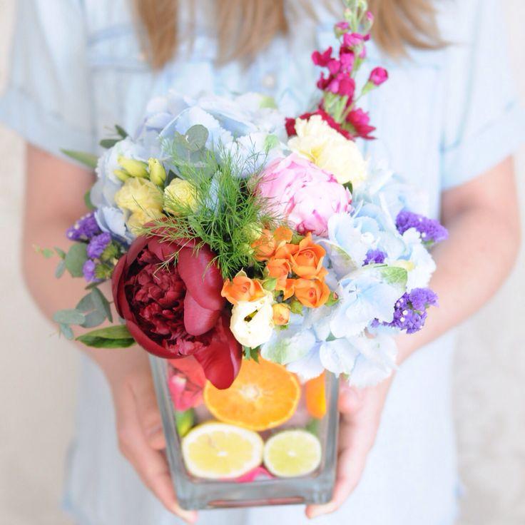 Разноцветная композиция из цветов и фруктов / Multicolor centerpiece with fruits