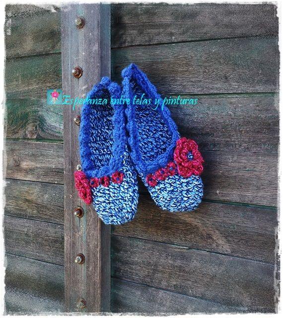 Pantuflas en crochet Azul y flor roja.