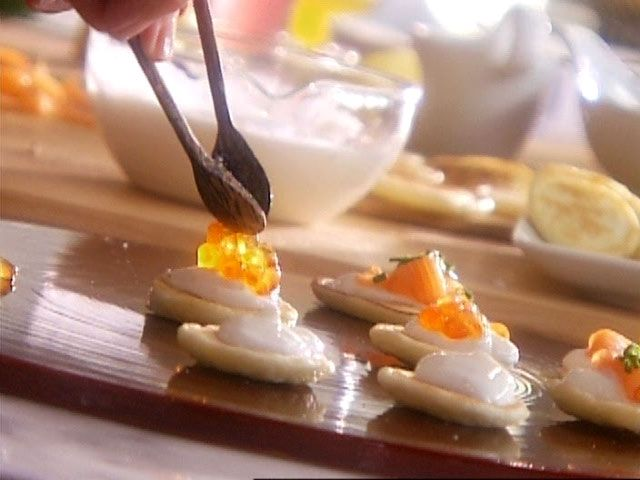 Blinis au gingembre, garniture au saumon fumé, oeufs de poissons et crème sure par Josée di Stasio - di Stasio - Téléquébec