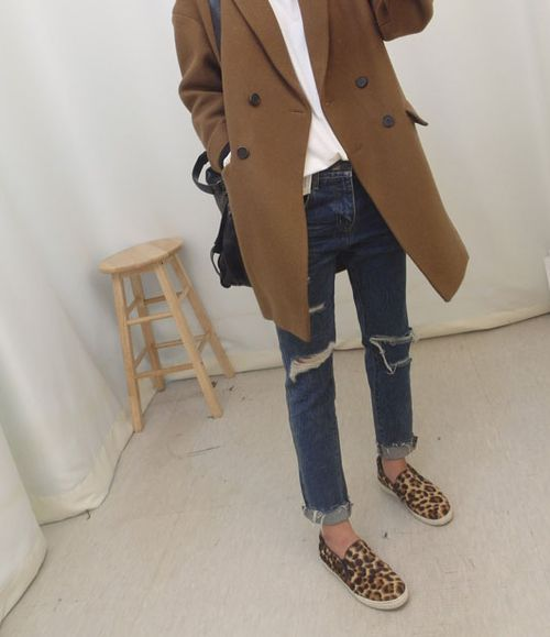 Simple Fall outfit: jeans, tee, camel wool coat and leopard flats. Via Marion WD