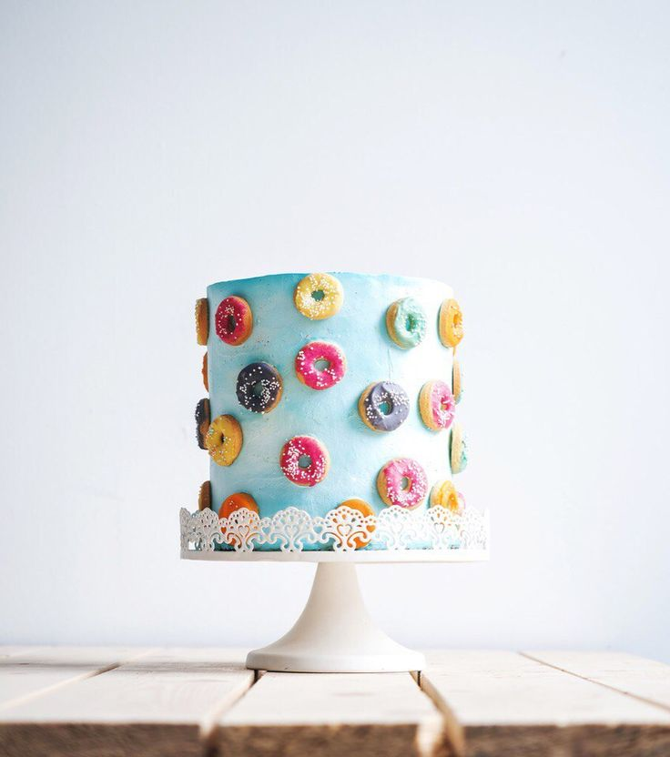 Большой одноярусный свадебный торт,украшенный воздушными разноцветными пончиками