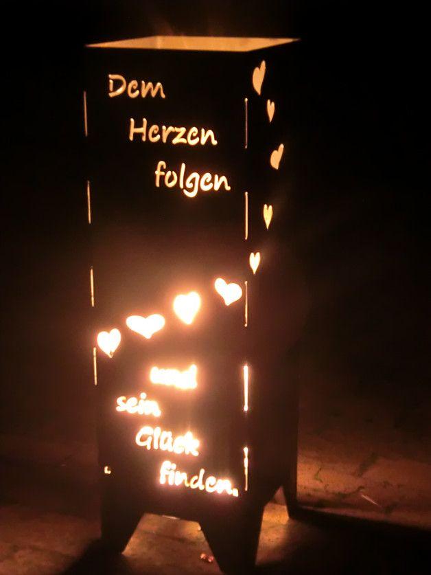 """Feuersäule mit Spruch/ """" Dem Herzen folgen und sein Glück finden"""" Bei dieser handgearbeiteten Einzelanfertigung handelt es sich um eine viereckige Säule mit einem Spruch. Diese hochwertig..."""