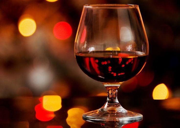 📜Определение происхождения коньяка Когда с выдержкой мы разобрались, перейдем к не менее интересному изучению приобретенного напитка. По этой же этикетке, согласно международным правилам маркировки, можно определить, откуда же родом алкоголь. Но хочется предупредить, что это подходит только для французских напитков. 🍇Распространенные виды: ✔️Bons Bois или Fine Bons Bois - коньяк из Бон Буа. ✔️Cognac или Fine Cognac - если вы увидели подобные надписи на этике, то стали счастливым…