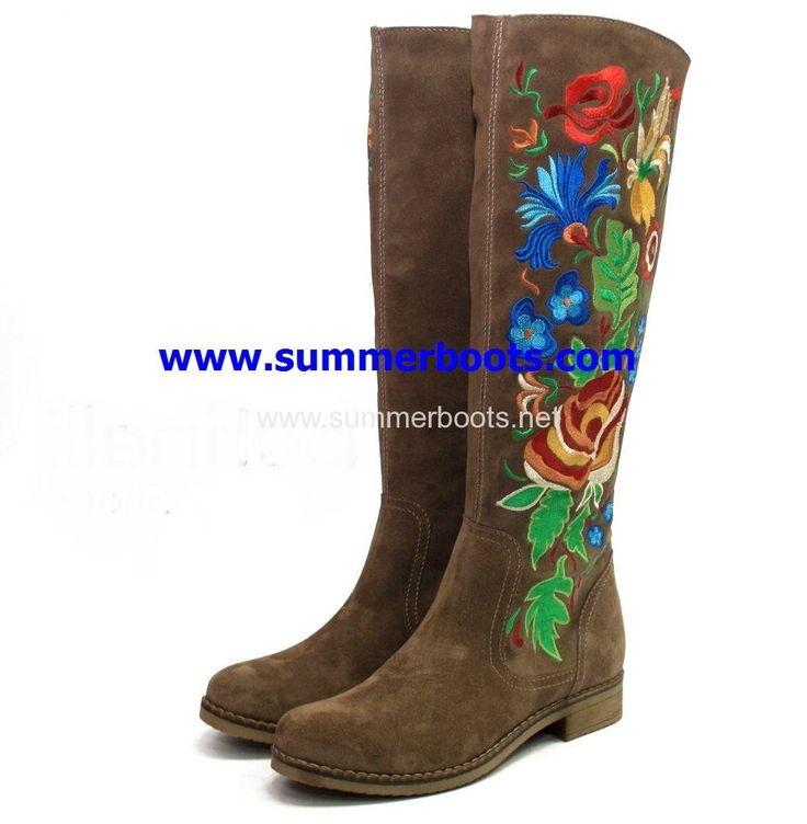Зимние сапоги с натуральной овчиной с вышивкойсветло-коричневые на невысоком каблуке   Женские зимние сапоги на невысоком каблуке. У