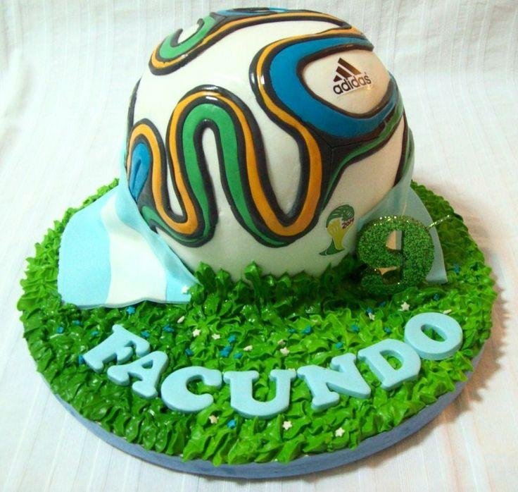Brazuca - pastel de chocolate húmedo en forma de pelota...