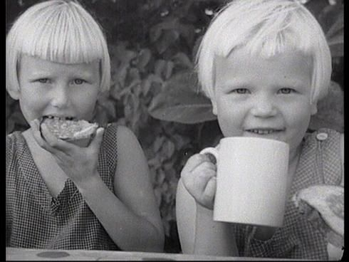 War children: During 1939–1945, 70,000 Finnish children came to Sweden. These girls... so blonde. :)