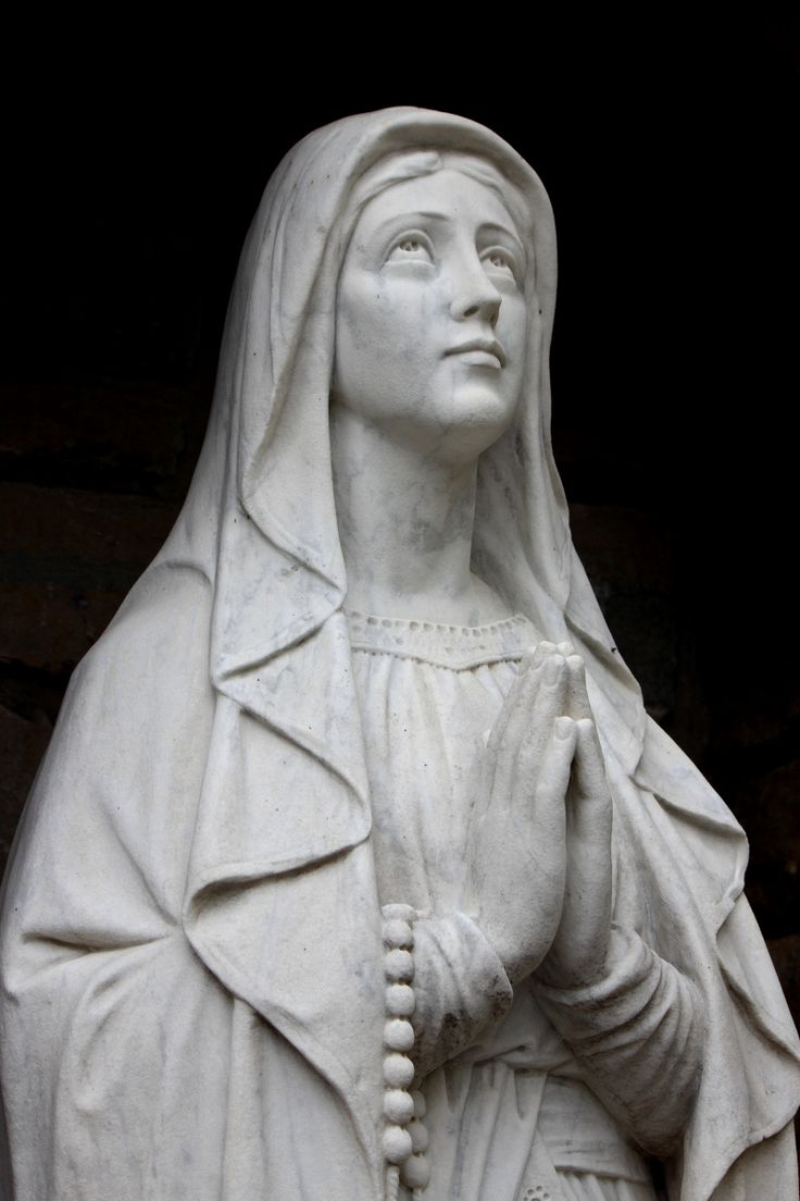How can I explain that praying before a statue of Mary doesn't constitute idolatry?